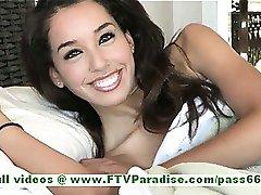Chloey tuhma brunette babe saada alasti ja poseeraa ja leikkii nännit