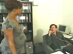 Tehotná eben trvá biely kohút v kancelárii
