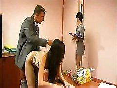 Glücklichen Geschäftsmann zeigt, warum er angeheuert, vier Sekretärinnen auf einmal