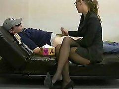 Bayan patron işe ona tutuşturmak için tembel çalışan ona mastürbasyon yapar
