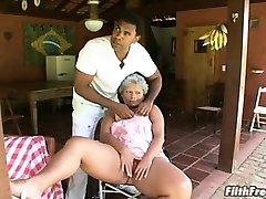 疯狂的老巴西奶奶的荡妇!