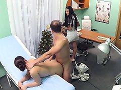 Doktor sahte hastanede Temizlikçi kadın ve hemşire sikikleri
