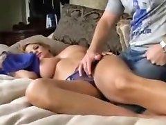 Uyurken büyük Göğüslü Milf fucked