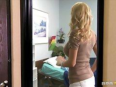 Horúce Bigtit blondína MILF manželka coura šuká lekára penis v klinike