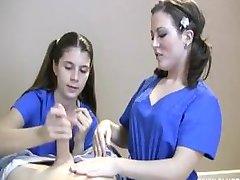 Två Sjuksköterskor Runka En Patient