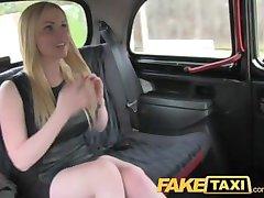 FakeTaxi ohromujúci škótskej blondínka s veľký kozy a telo