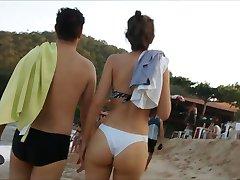 Gata linda de bikini branco