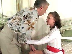 Erregt Russischen Mädchen Verführt Von Älter Mann