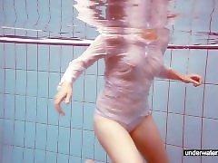 Söta Melissa spelar under vattnet