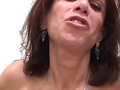 Big Titty Negraži MILF Sucks Penis & Gauna Pakliuvom Titty