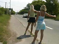 2 Blonde Hitchhiker Gå For En Tur