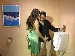 Volledig Gekleed Handjob in toilet