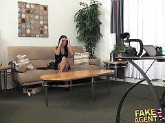 FakeAgentUK Midget cons sexy bronzé amateur brunette en ayant des rapports sexuels