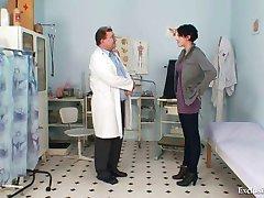 Busty babe Rita pervers médecin gyno examen