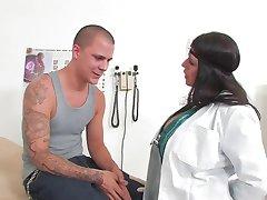 Femme médecin qui baise le patient