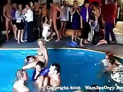 Skupina sex swinger ' pool party z vročo sesanju in prekleto