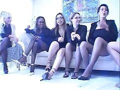 Dört busty Mılfs birlikte oynamak kayış ons ile