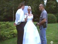 Bruden i strømper utendørs