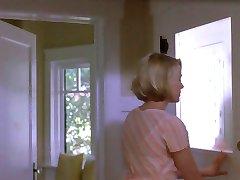 žena vara, medtem ko mož po stopnicah