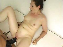 Žena vzame veliko strapon dildo