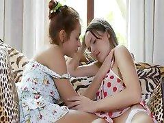 שני רוסים teenies לאכול כוסיות
