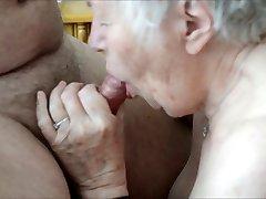 Stara babica uživa seks