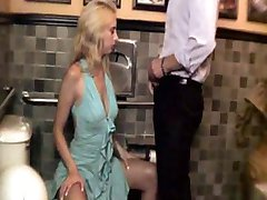 Имея трахаться в ресторан туалет