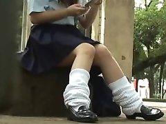 स्कूली लड़कियां एक-दूसरे से