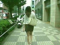 Schattige schoolmeisje met ronde kont krijgt ruw shemales neuken