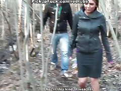 Titted brunette neukt in het bos