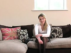 Britská blondínka v pančuchy mačička v prdeli na casting