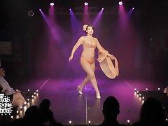 שחקנית בורלסקה הפטמה להחליק על הבמה