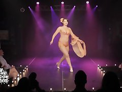 Burlesk utøver brystvorte slip on stage