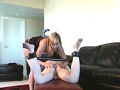 Хозяйка делает раба лизать