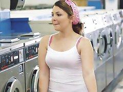 ExxxtraSmall - פטיט העשרה זיין מכבסה