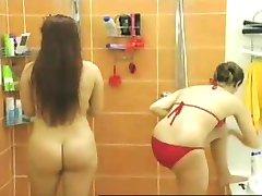 עירום התחת חלק 2: במקלחת
