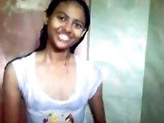 הודי נוער בחדר מקלחות ציבוריות