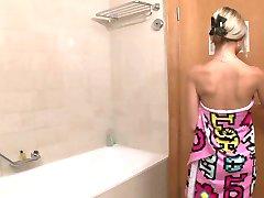 Banyo Odasında sevimli 18Y eski ergen Solo