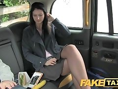 FakeTaxi Brunette exhibitionist houdt van camera ' s