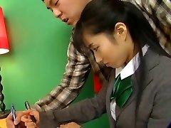 गर्म एशियाई लड़की स्कूल वर्दी में सवारी D