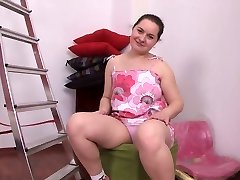 chubby brunette girl  drains her shaved muff
