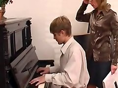 klavir učitelj prevladuje njo študentov