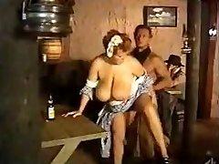 Femme de ménage seins énormes