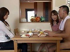 Twee jongens en twee meisjes krijgt naakt in de woonkamer