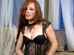 Sexy Redhead in calze & tacchi a spillo