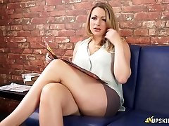 Atractivo Penny Lee intermitente coño afeitado upskirt en softcore video
