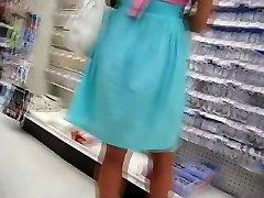 फिट फूहड़ गुलाबी जाँघिया में खरीदारी में एक छोटी वीडियो