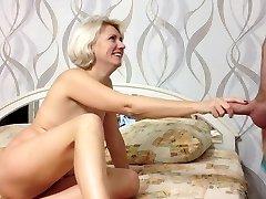 सौंदर्य रूसी शौकिया लड़की चेहरे और मुँह में सह