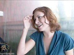 Vrouw Ginger neemt een monster lul in haar kut
