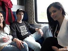 viertal seks in het openbaar trein